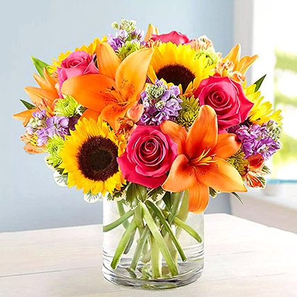 Vivid Bunch Of Flowers In Glass Vase: Flower Arrangements