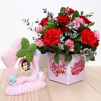 Valentines Flower Vase and Couple Idol: Valentine Gift Hampers to Sharjah
